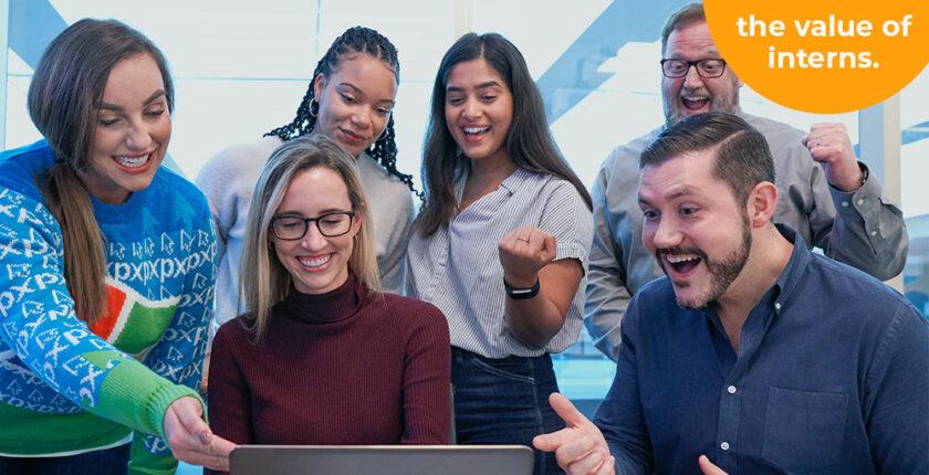 team met stagiairs en personeel voor een computer