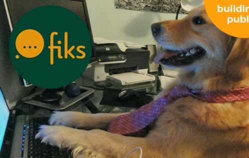 Fiks hond achter computer